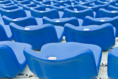 Blaue leere Plastiksitze lizenzfreie stockbilder