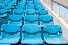 Blaue leere Stadionssitze Stockfoto