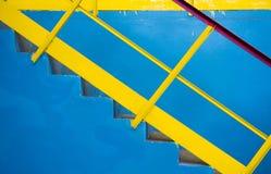 Blaue Leiter mit gelbem Geländer, Hintergrund Lizenzfreie Stockbilder