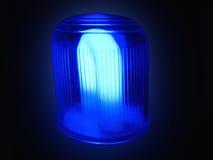 Blaue Leuchte in der Dunkelheit Stockfotografie