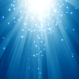 Blaue Lichtstrahlen mit Funkelnsternen Stockfotos
