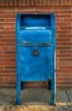 Blaue Mailbox - Frontseite Stockfoto
