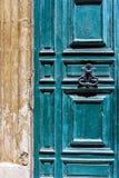 Blaue maltesische Tür mit altem geschmiedetem Griff Stockfotos