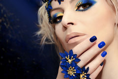 Blaue Maniküre und Make-up stockbild