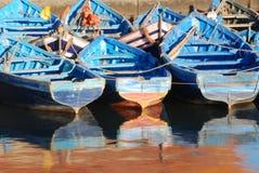 Blaue marokkanische Fischerboote Lizenzfreie Stockfotografie