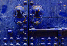 Blaue marokkanische Tür Stockfotografie