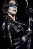 Blaue Maske, Frau mit katana Klinge im Latexkostüm Lizenzfreie Stockbilder