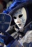 Blaue Maske mit einem Spiegel am Karneval von Venedig Stockbild