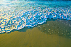 Blaue Meereswellen auf Sand Lizenzfreie Stockfotos