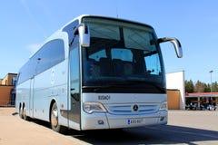 Blaue Mercedes Benz Bus auf einer Bushaltestelle Lizenzfreies Stockfoto