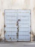 Blaue Metalltür mit Eisenstangen Stockbild