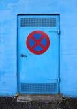 Blaue Metalltür ohne das Stoppen des Zeichens Stockfotografie