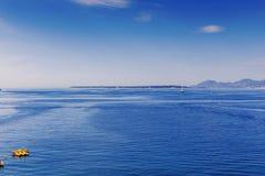 Blaue Mittelmeerlandschaft auf dem französischen Riviera Stockbilder