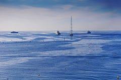 Blaue Mittelmeerlandschaft mit Yachten und Großseglern Stockfotografie
