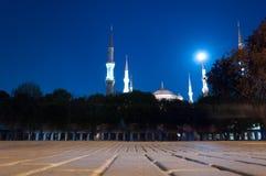 Blaue Moschee mit Mond Lizenzfreie Stockfotos