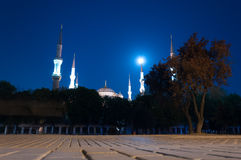 Blaue Moschee mit Mond Stockbilder