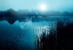 Blaue nebelhafte Nachtlandschaft Stockfotos
