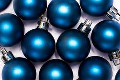 Blaue neues Jahr- und Cristmas-Bälle auf weißem Hintergrund stockfotos