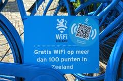 Blaue niederländische Fahrräder als Anzeichen über einen WIFI-Krisenherd Stockbild
