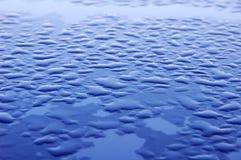 Blaue Oberfläche umfaßt mit Wassertropfen Lizenzfreie Stockbilder