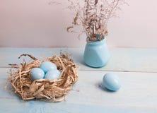 Blaue Ostereier im Nest auf hölzernem Hintergrund Lizenzfreie Stockfotografie