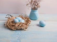 Blaue Ostereier im Nest auf hölzernem Hintergrund Lizenzfreies Stockbild