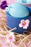 Blaue Ostereier verziert mit Blumen Stockbild