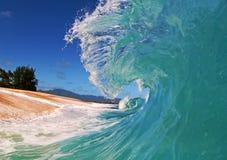 Blaue Ozean-Welle auf dem Strand stockfotos