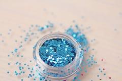 Blaue Paillette für das Design von Nägeln in einem Kasten Funkeln in den Gläsern lizenzfreie stockfotografie