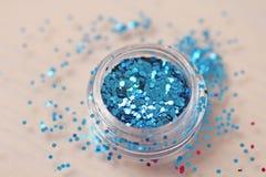 Blaue Paillette für das Design von Nägeln in einem Kasten Funkeln in den Gläsern stockfoto