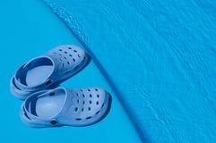 Blaue Pantoffel nahe dem Pool Lizenzfreies Stockfoto