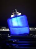 Blaue Parfümflasche stockfoto