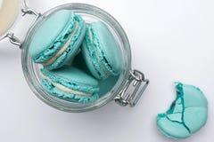Blaue Pastellmakronen im Glasgefäß Lizenzfreie Stockbilder