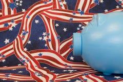 Blaue patriotische piggy Querneigung stockbild