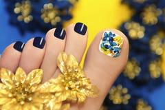 Blaue Pediküre mit Schmetterlingen. Stockfotos