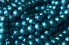 Blaue Perlen auf dem Aufbereiter Lizenzfreie Stockfotografie