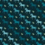 Blaue Pferdenahtloser Musterhintergrund auf der dunklen Abdeckung Stockbild