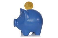 Blaue piggy Querneigung mit fünfzig eurocents Stockbilder