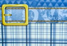 Blaue Plaidbeschaffenheit mit goldener Gurtzusammenfassung mit Liebestext lizenzfreie stockbilder