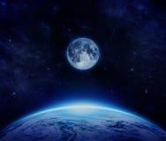 Blaue Planetenerde, -mond und -sterne vom Raum auf Himmel Lizenzfreies Stockfoto