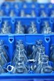 Blaue Plastikkiste mit Glasflaschen Stockfoto