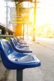 Blaue Plastiksitze an der Bushaltestelle, Weichzeichnung Stockfotos