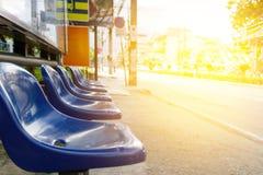 Blaue Plastiksitze in der Bushaltestelle, Weichzeichnung Lizenzfreies Stockfoto