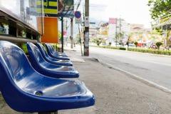 Blaue Plastiksitze in der Bushaltestelle, Weichzeichnung Lizenzfreies Stockbild
