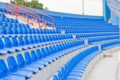 Blaue Plastiksitze in einem Stadion lizenzfreie stockfotos