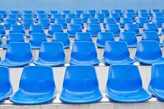 Blaue Plastiksitze in einem Stadion lizenzfreies stockbild
