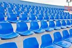 Blaue Plastiksitze in einem Stadion stockfotos