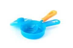 Blaue Plastikspielzeugwanne mit Griff und Spaten der Bratpfanne lizenzfreie stockbilder