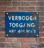 Blaue Platte mit niederländischem Text 'kein Übertreten' Lizenzfreie Stockfotos