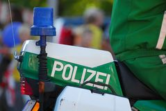 Blaue Polizei beleuchtet auf einem Motorrad Stockbild